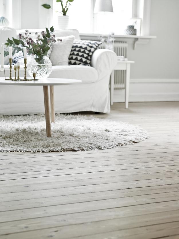 Мягкий коврик на полу в гостиной