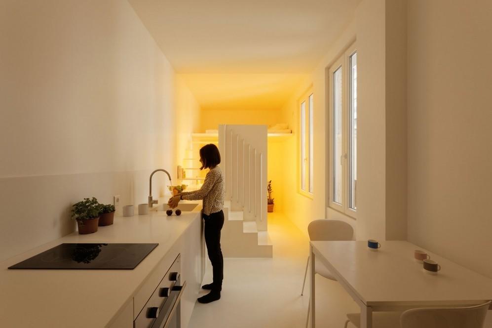 Жёлтое освещение в квартире-студии