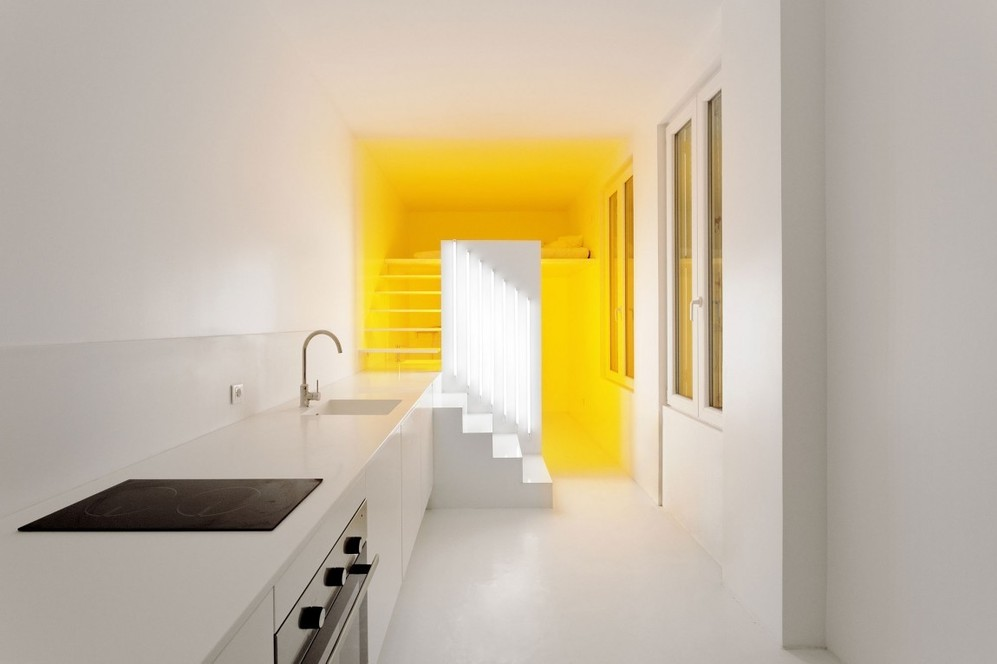 Жёлтое освещение в белой квартире