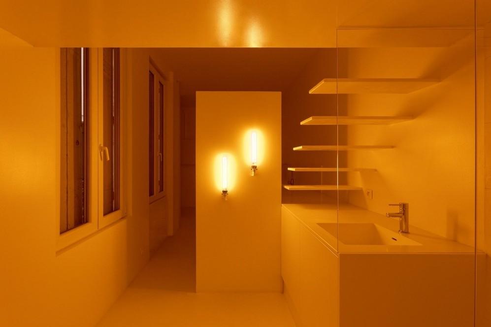 Жёлтые лампы в ванной