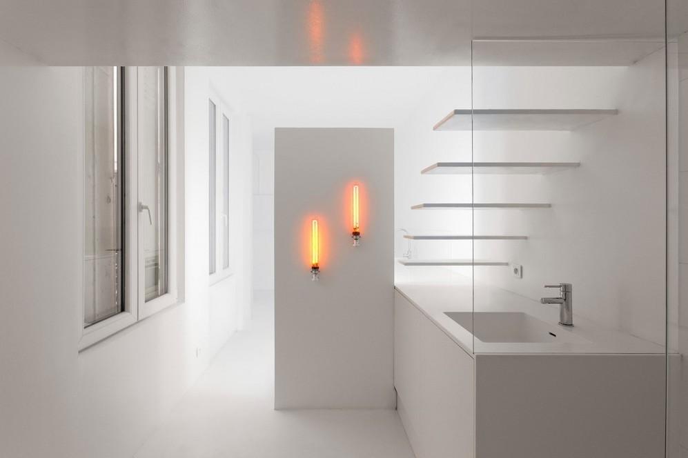 Жёлтые лампы в белой ванной