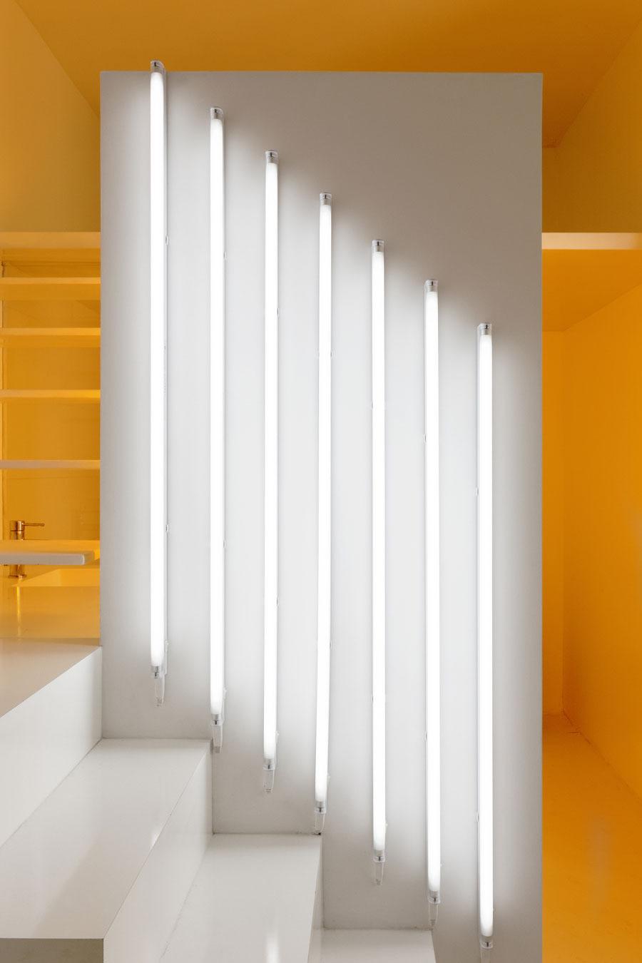 Белые вертикальные лампы на стене
