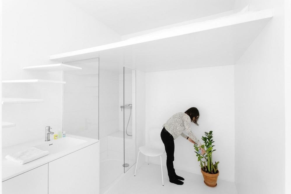 Белое освещение в ванной