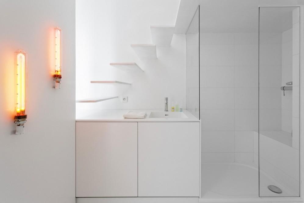 Жёлтое освещение в ванной