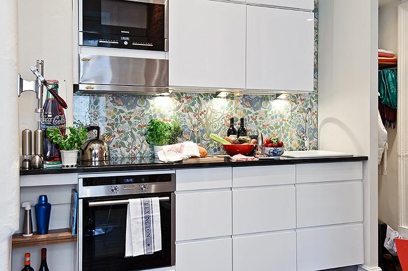 Интерьер элегантной кухни в маленькой квартире