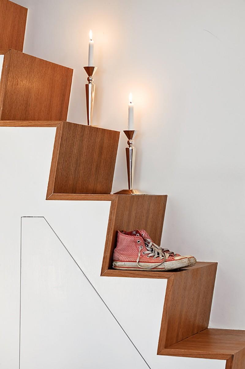 Свечи и обувь на ступеньках