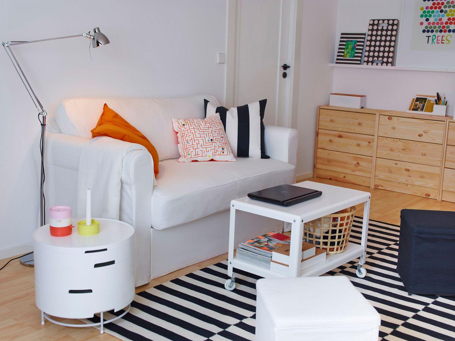Мебель для комнаты: журнальный столик на колёсах
