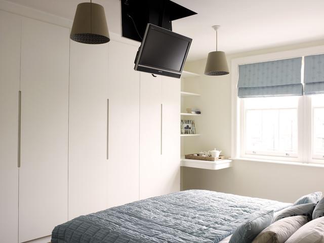 Телевизор под потолком в спальне