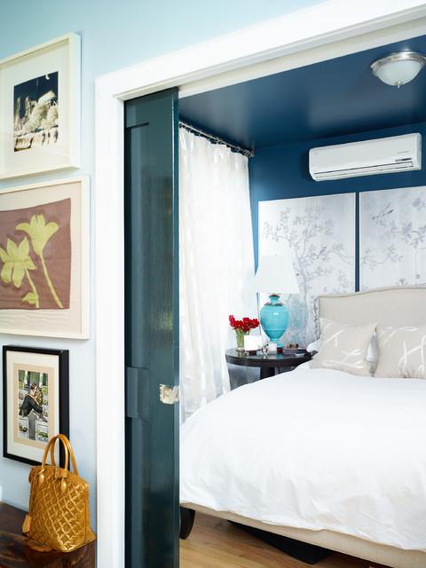 Дверь-пенал в спальне