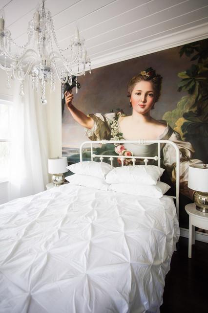 Большая люстра в маленькой спальне