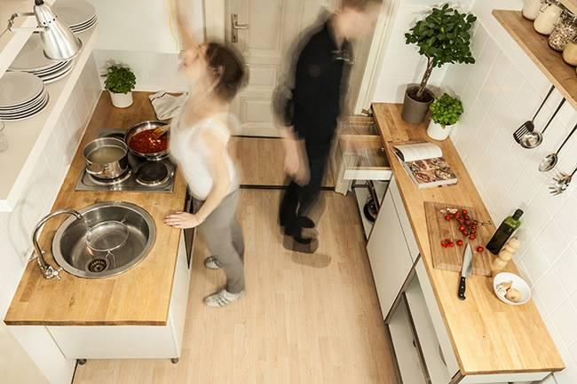 Компактная мебель для узкой кухни