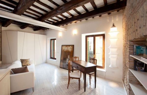 Деревянные потолочные балки в квартире-студии
