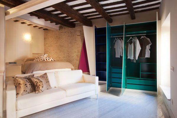 Вместительный шкаф в гостиной