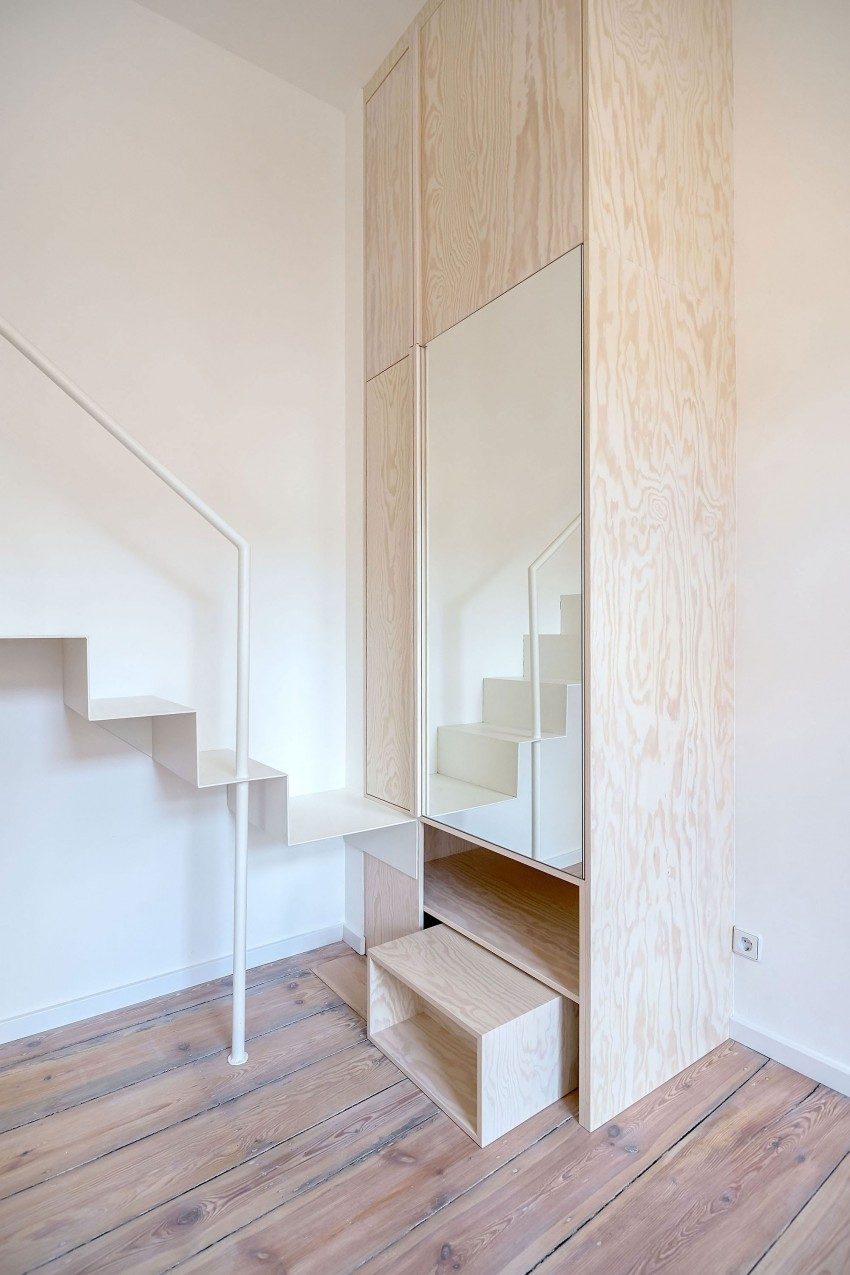 Зеркальный шкаф у лестницы