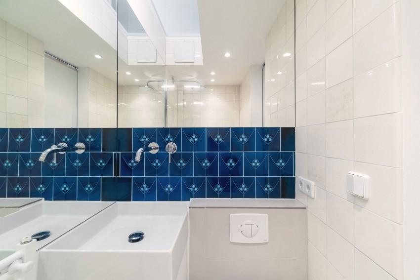 Синяя плитка в белой ванной