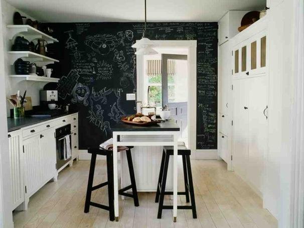 Чёрная доска на стене кухни