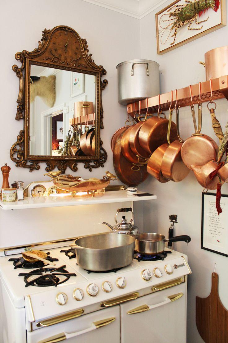 Бронзовая посуда на кухне