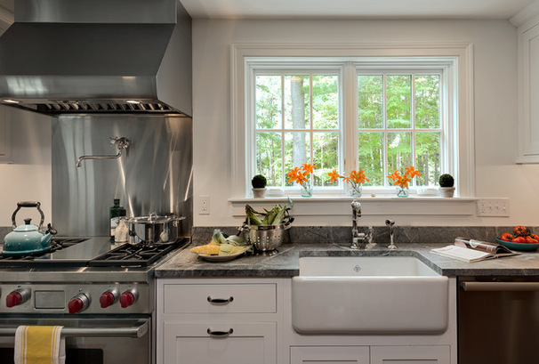 Стальная техника на белой кухне