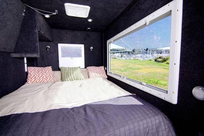 Мини-дом на колёсах: кровать