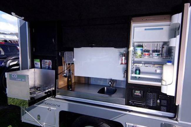 Мини-дом на колёсах: кухня с холодильником