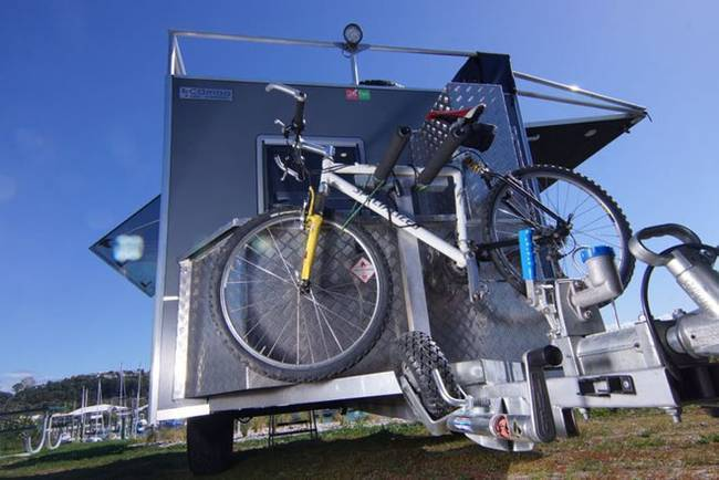 Мини-дом на колёсах: на задней стенке крепится велосипед