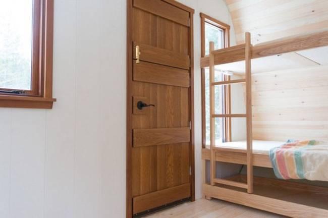 Удобный мини-домик: фото из Онтарио - двухуровневая кровать