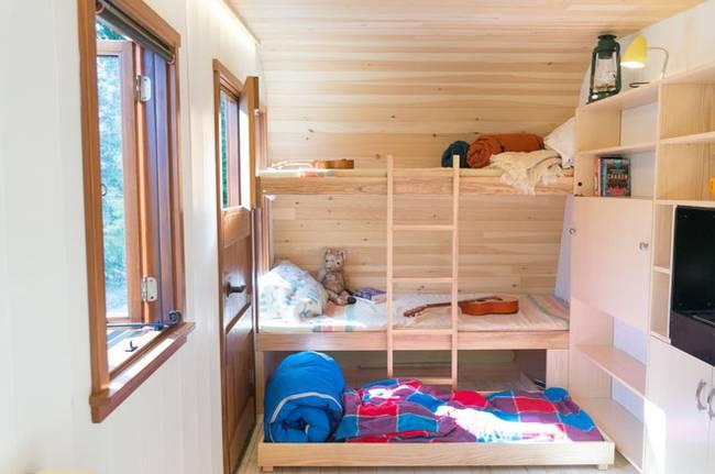 Удобный мини-домик: фото из Онтарио. Выдвижная секция под кроватью