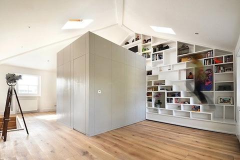 Системы хранения в интерьере мини-квартиры на чердаке