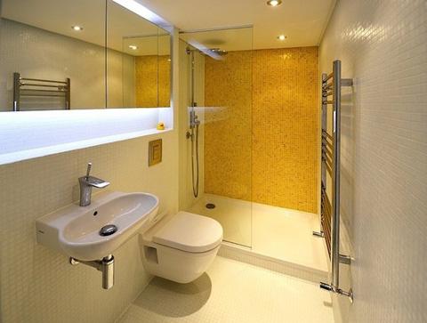 Жёлтая акцентная стена в ванной