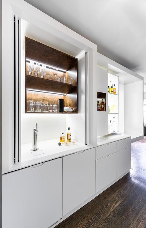 Белая кухонная мебель для маленькой квартиры