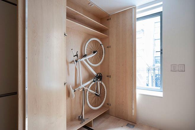 Велосипед в шкафу в многофункциональной квартире-трансформере