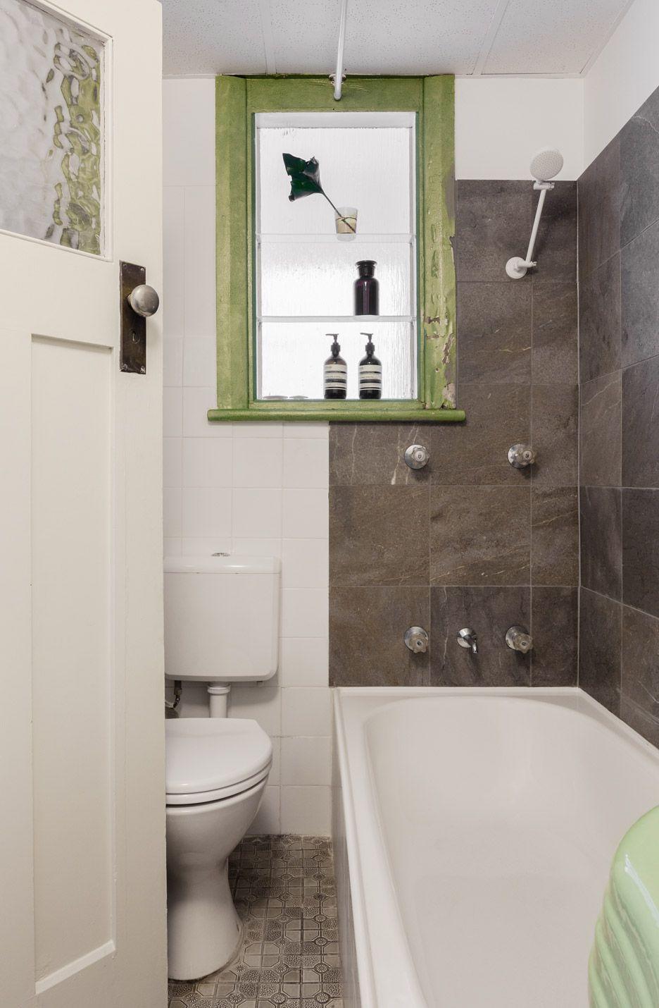 Зелёные акценты в чёрно-белой ванной