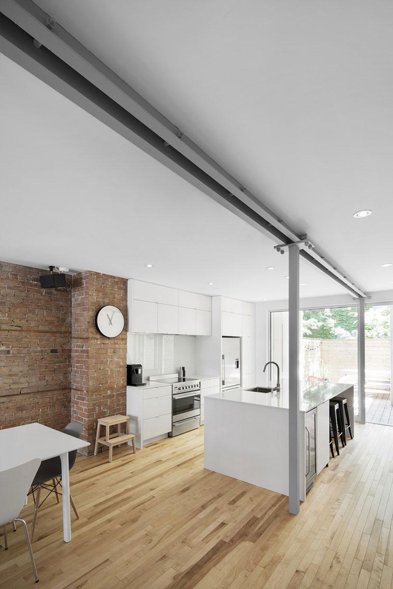 Интерьер маленькой белой кухни с островом