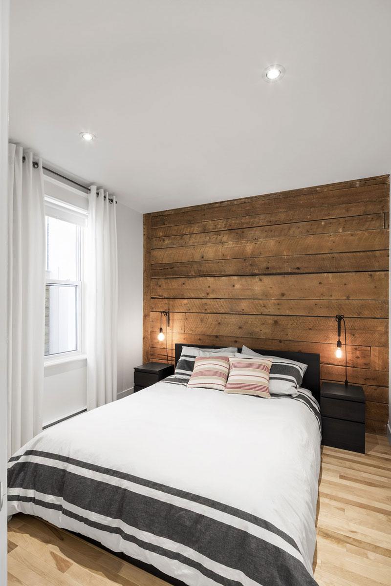 Деревянная акцентная стена в интерьере маленькой спальни