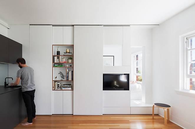 Модульная стена в интерьере маленькой квартиры в Дарлингтоне
