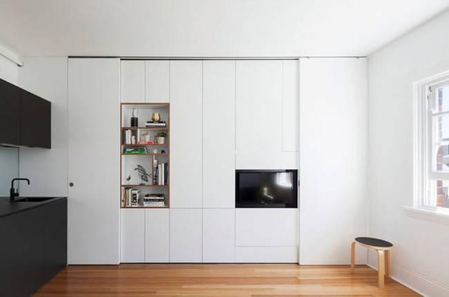 Модульная стена в интерьере квартиры. Система хранения выполняет ещё одну функцию — разделяет пространство