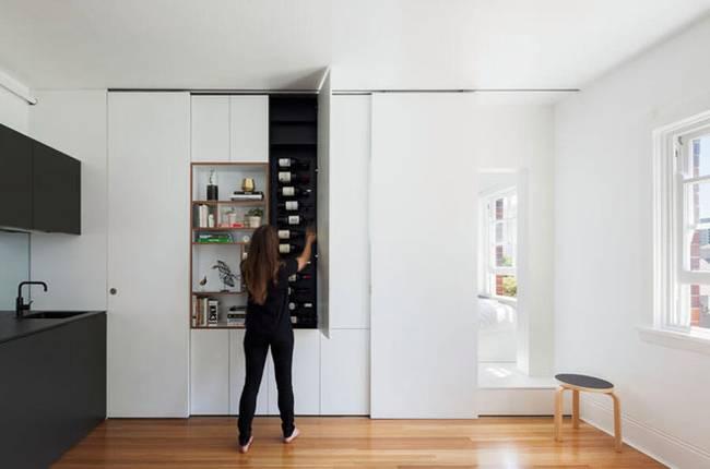 Модульная стена в интерьере квартиры. Многочисленные ящики обладают огромным функционалом