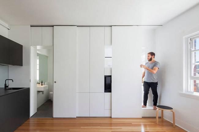 Модульная стена в светлом интерьере квартиры