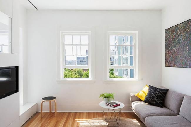 Модульная стена в интерьере квартиры. Паркет был выбран специально для маленького помещения