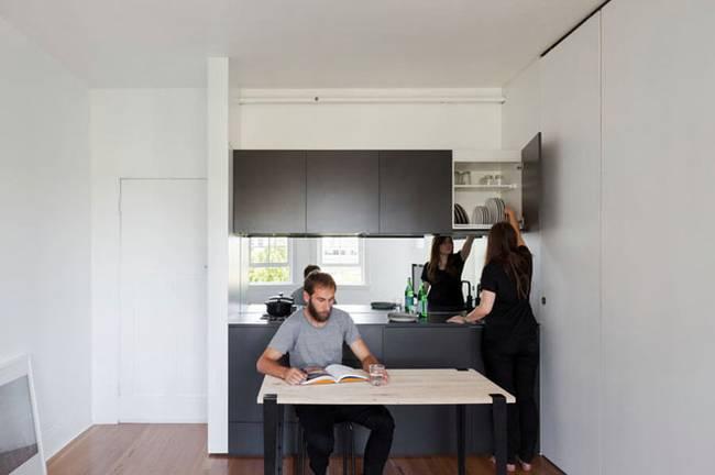 Модульная стена в интерьере квартиры. Зеркальная отделка расширяет пространство