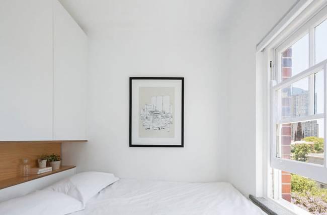 Модульная стена в интерьере квартиры. Всю спальню занимает удобная кровать