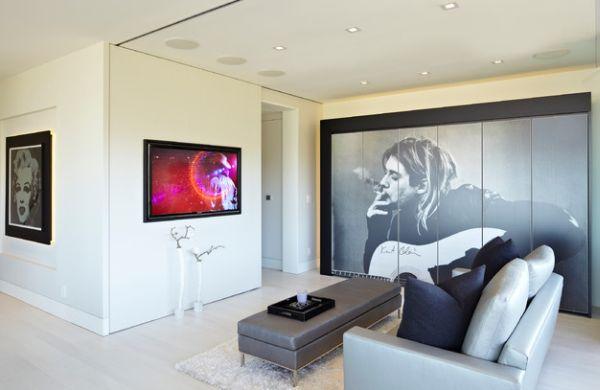Интерьер небольшой гостиной с портретами знаменитостей