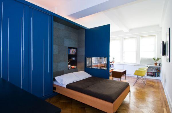 Откидная кровать в просторной комнате