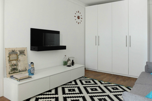 Чёрно-белый ковёр в гостиной