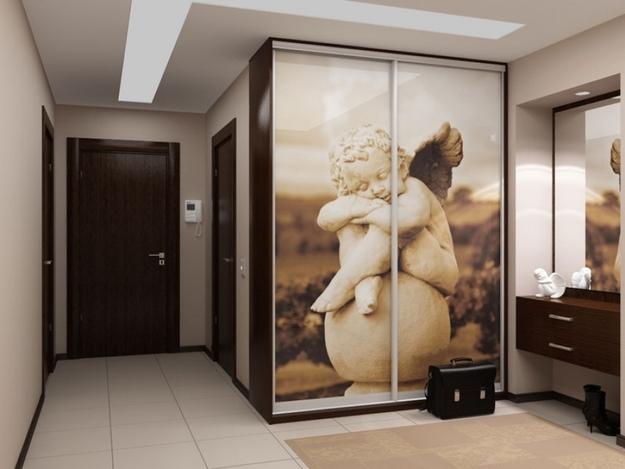 Шкаф-купе с рисунком на дверцах