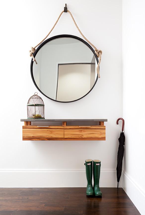 Круглое зеркало в прихожей