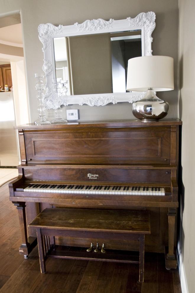 Настольная лампа на фортепиано