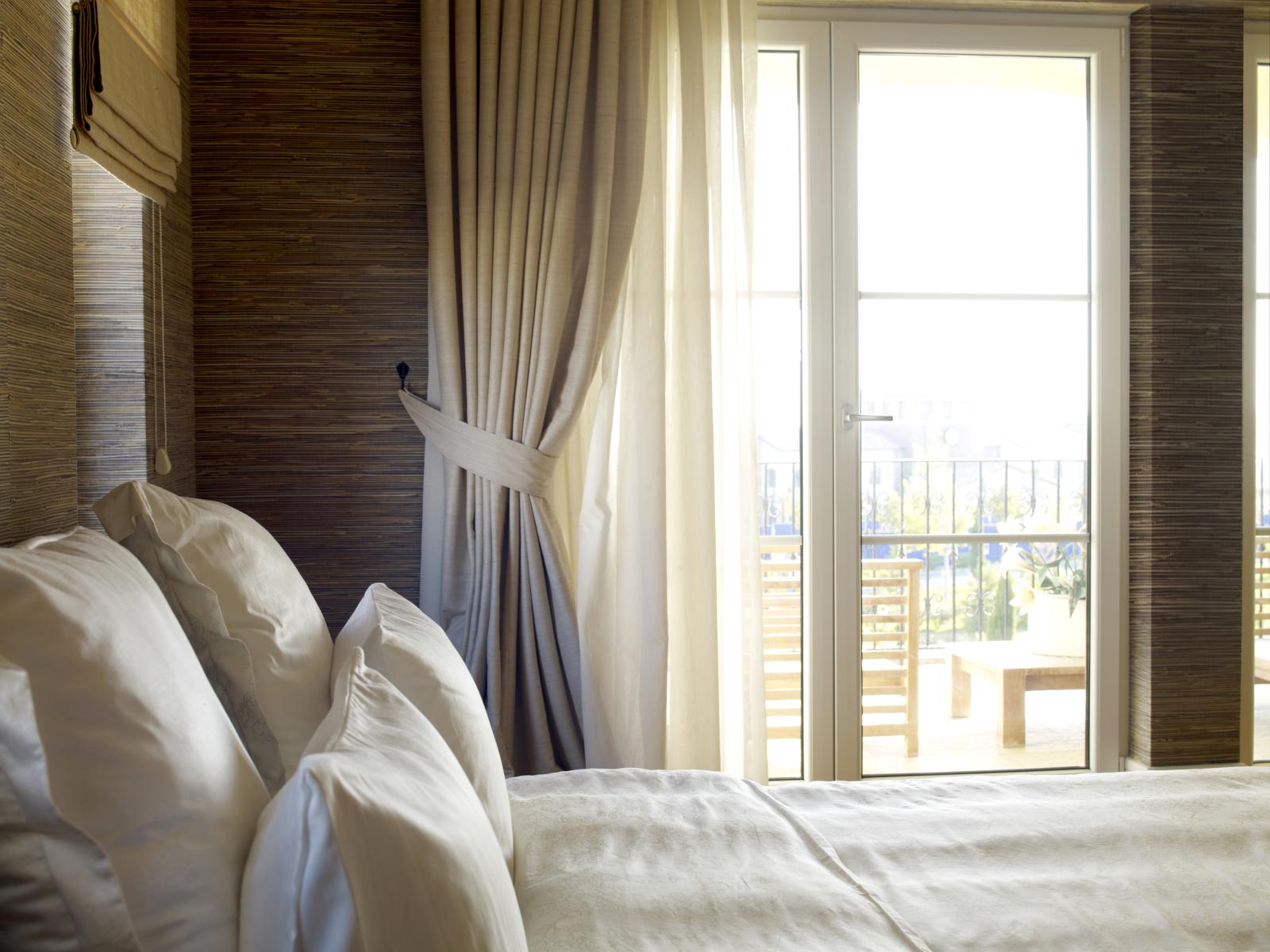 Занавески на роликах в спальне