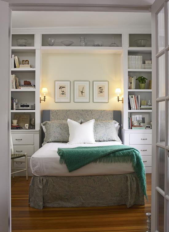 Стеллаж на всю стену в спальне
