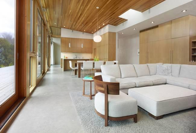 Небольшой дизайнерский дом со светлой мебелью